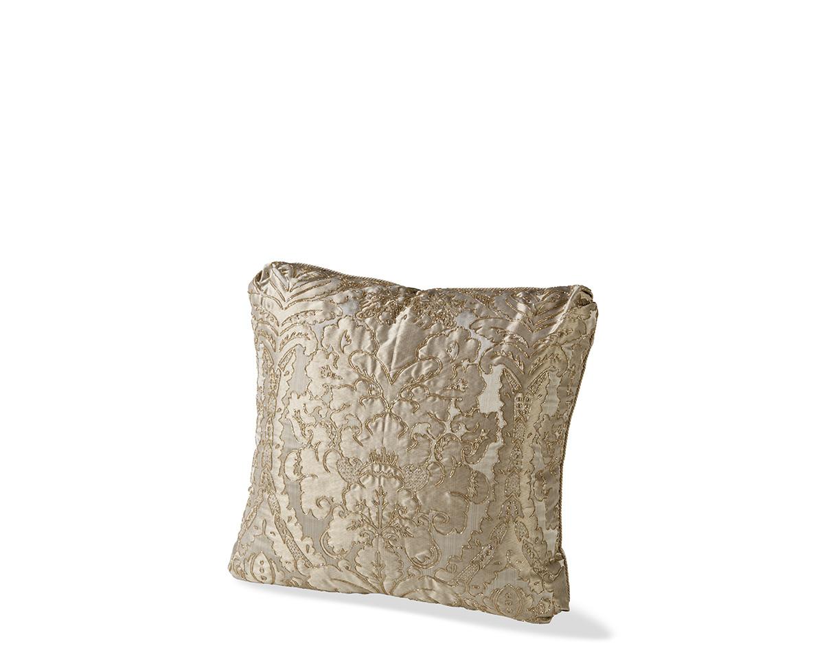 Ebanista_Damask_II_Le_Fleur_Silver_Pillow-1.jpg